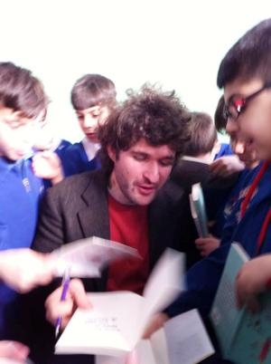 """Mentre firma le copie di """"Storia di una matita. A scuola"""""""