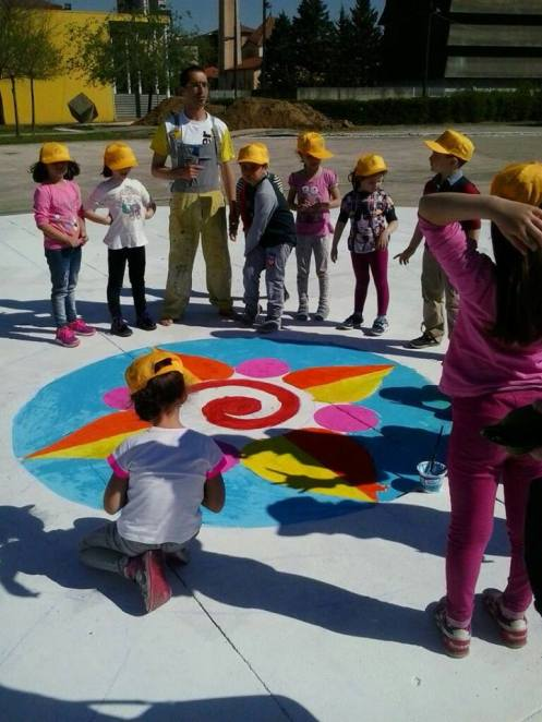 Gianluca Salamone e i bambini disegnano nella piazza della Città dei Ragazzi